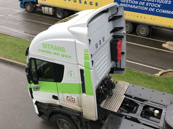 Photo d'un tracteur Sitrans Logistique roulant au gaz.
